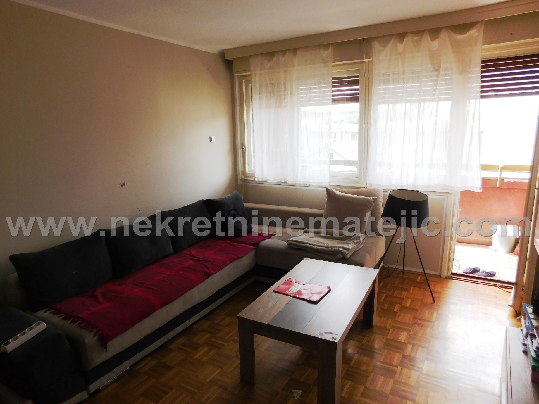 Stan u centru, 53 m2, 2.0, u dobrom stanju, na 3. spratu, cena – 45.000 E